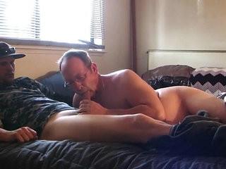 casado levou um macho pra chupar na webcama da esposa!