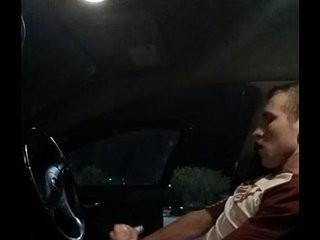 Homem dotado batendo punheta no carro