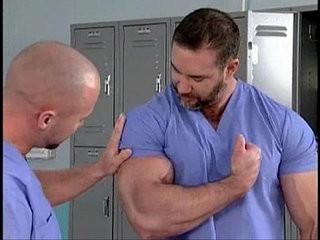 Macho peludo e musculoso no hodroolal